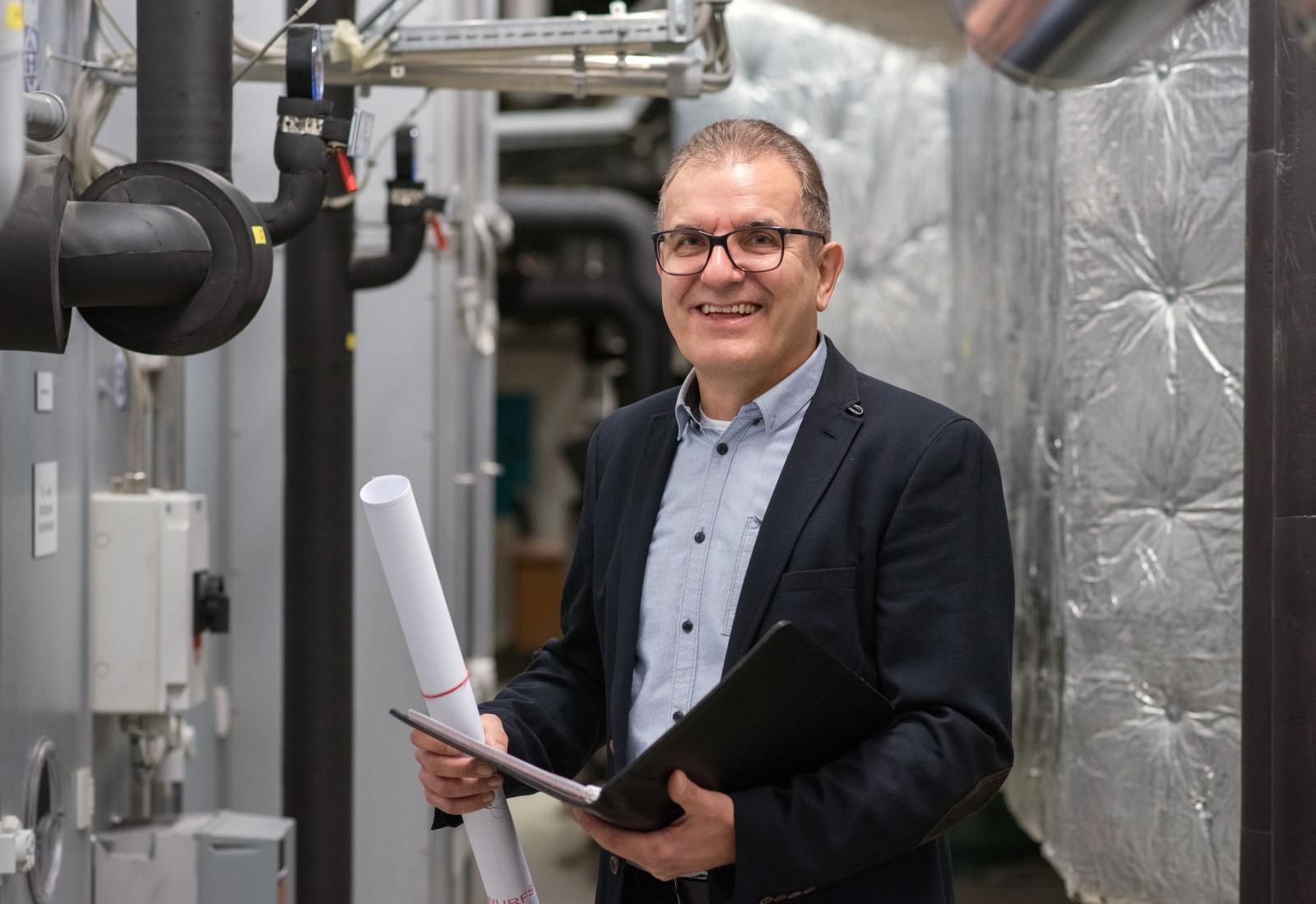 Werner Nickel begutachtet Heizungsanlage